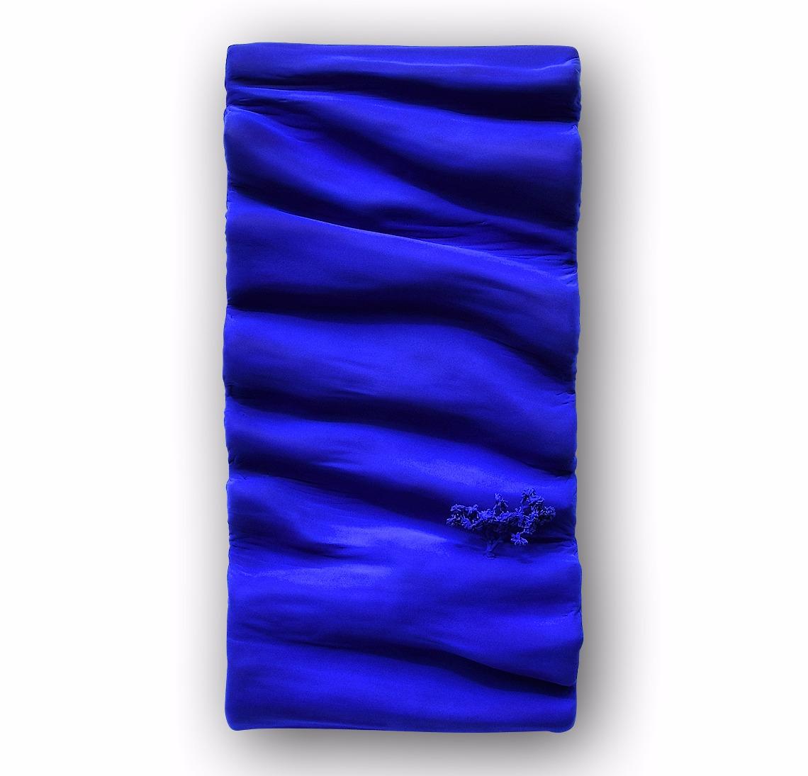 tableau contemporain design monochrome bleu klein aux pigments par l'artiste Did Morères Corrèze